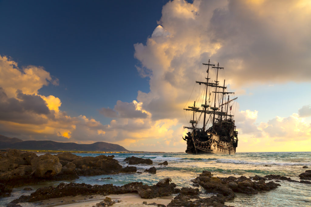 Immagine - Pirate ship at the open sea at the sunset